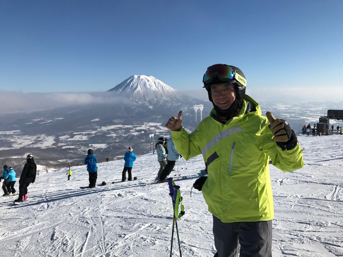 年一スキーヤーなので上達は望めませんが、怪我なく楽しめたらと思っています。  今回は天気も良く☀、美しい景色を楽しみながらスキーを満喫できました。  いつもニセコヒルトンに宿泊するのですが、ここは海外?と思うほど外人だらけです。  英語しか話せないスタッフも沢山います。  アフタースキーも楽しみで、温泉に入り、美味しい食事に日本酒&ワイン!  至福の時です!2